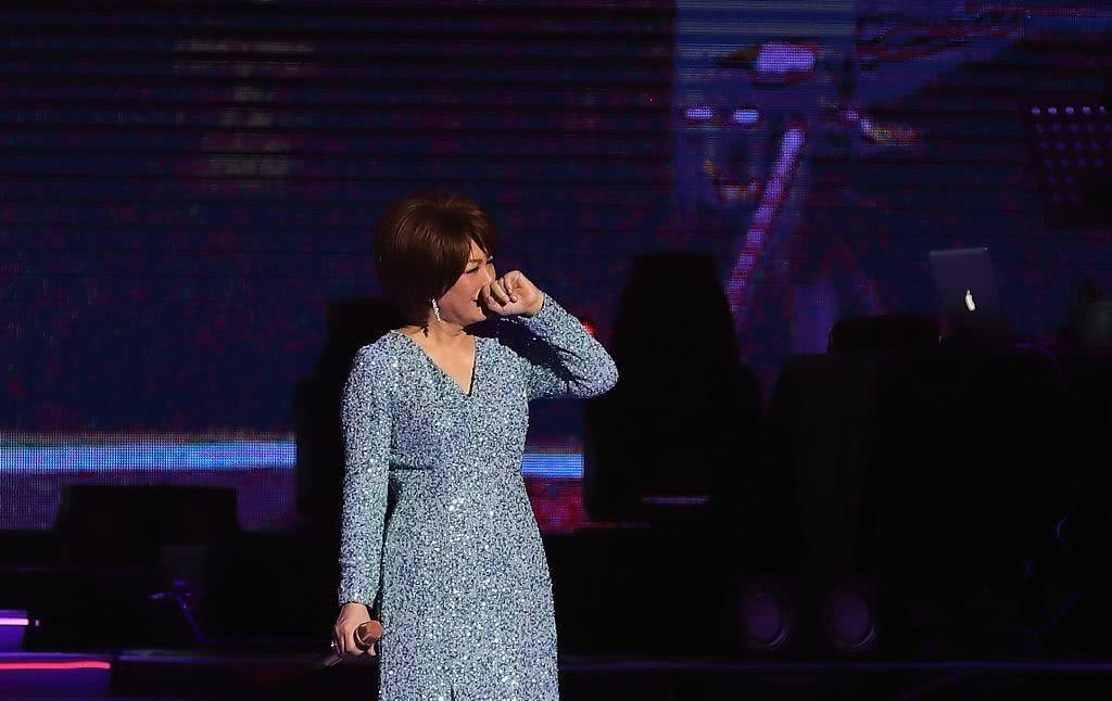 61岁蔡琴提金裙出场似女王 率性脱鞋当众落泪深情感人