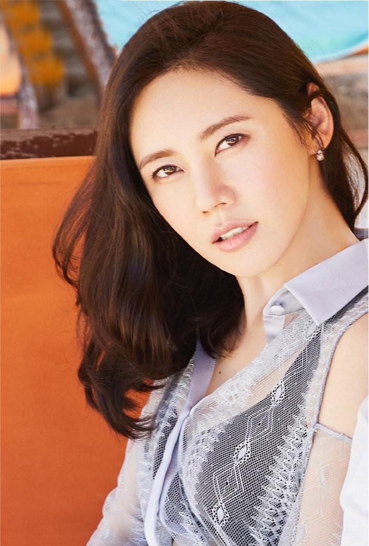 <b>中国媳妇秋瓷炫海边度假,穿透视衫配轻纱裙,依偎于晓光甜蜜爆表</b>