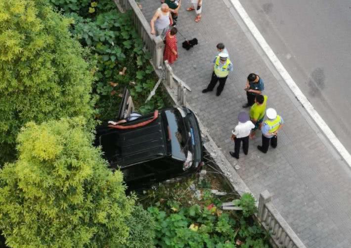 越野车撞断护栏 车头朝下栽在沟里