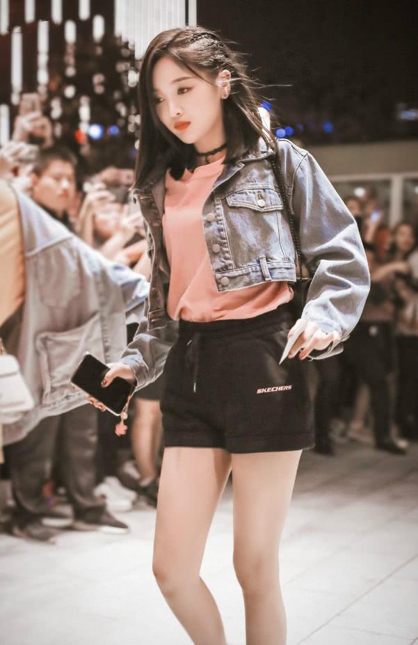 吴宣仪看着像是胖了,运动裤穿成铅笔裤,可这才是正常女生的腿!