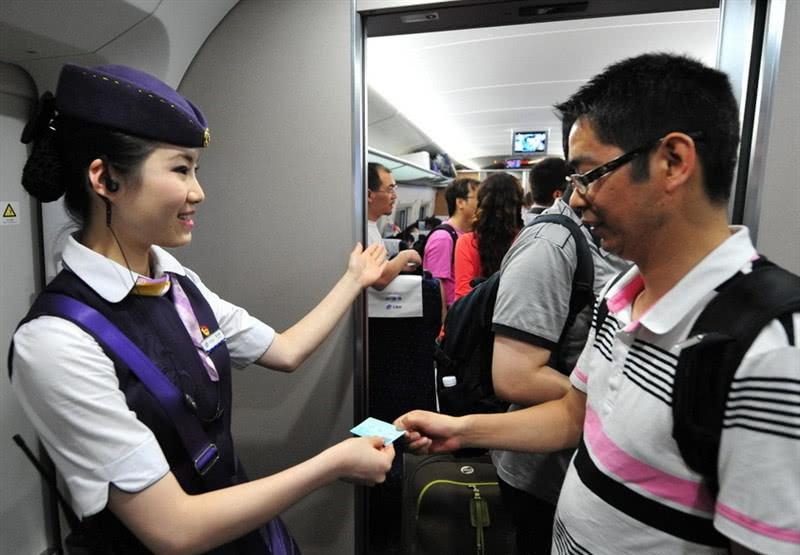 晚上乘坐火车时,为什么乘务员会强制拉上窗帘?一五一十给你讲!