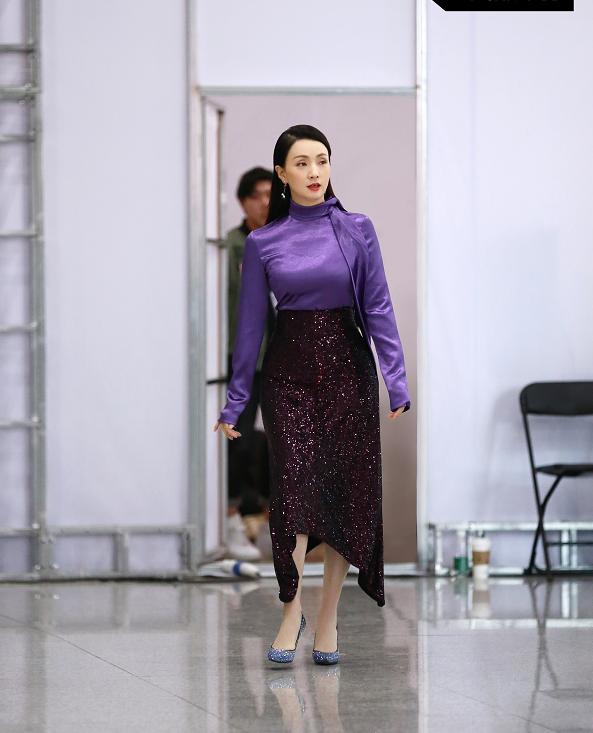 陶虹穿紫色亮片鱼尾脚踏高跟鞋,穆如清风气质优越,时尚感满分!