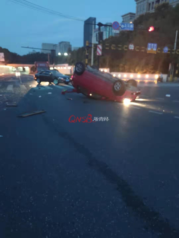 突发!杭州一大货车追尾两辆小轿车,其中一辆被撞翻