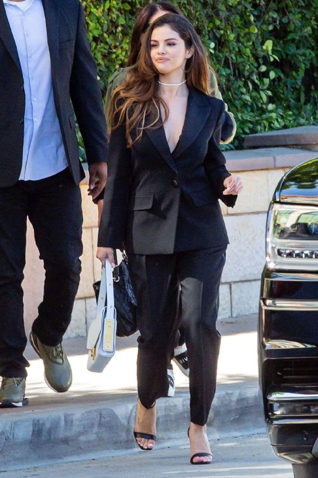 <b>赛琳娜戈麦斯穿黑色西装配黑色休闲裤现身通勤风打扮时尚精致</b>