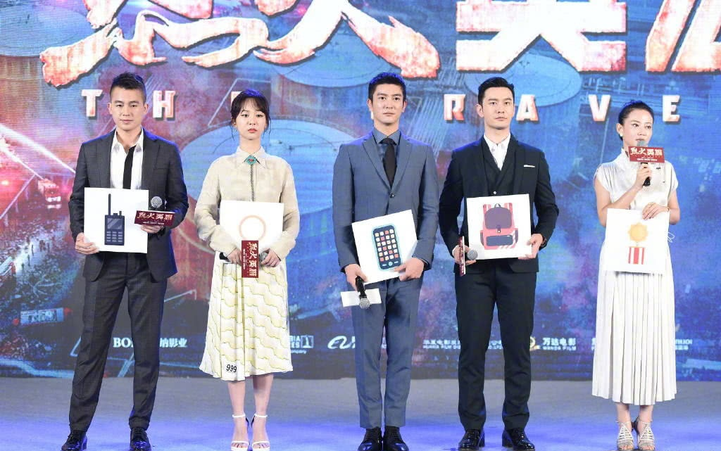 """《烈火英雄》首映,""""非主角""""王俊凯低调入场,和黄晓明亲密合影"""