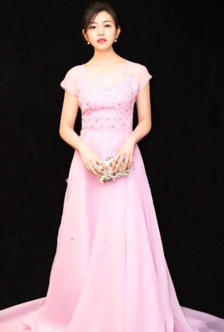 陈妍希哪里像当妈的一袭粉色长裙美如少女,真是羡慕陈晓