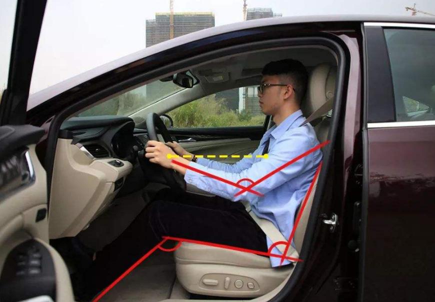 为啥老司机开车座椅都很靠后?别看动作小,能规避不少事故呢