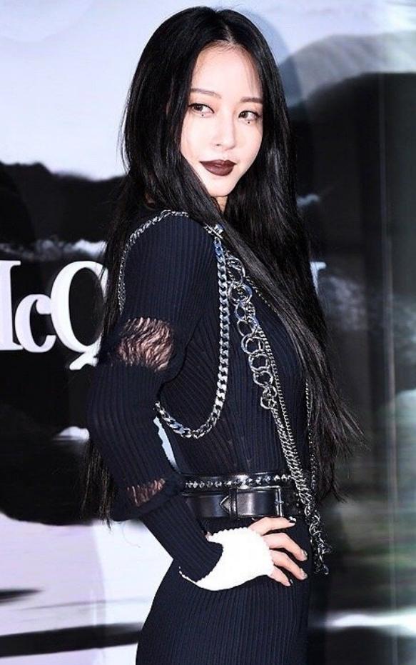 她是韩国最强整容美女,今38岁逆风翻盘,穿黑色套装气场全开!