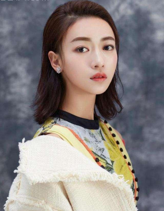 29岁吴瑾言混搭风现身机场即使大牌加身也穿不出时尚感