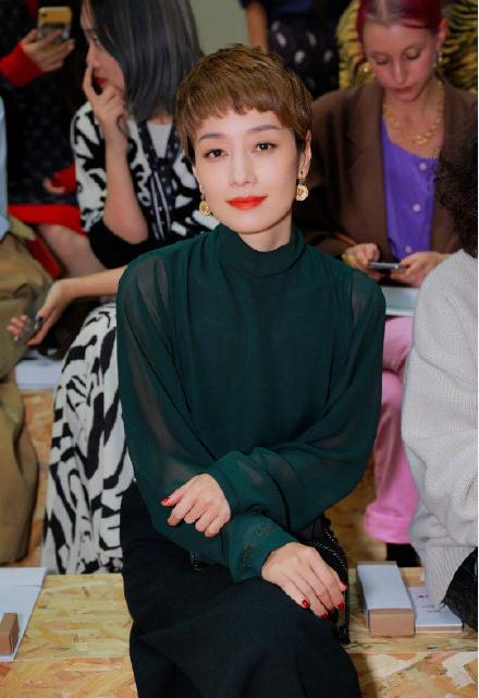 马伊琍亮相巴黎时装周,松绿色露背装,尽显优雅气质!