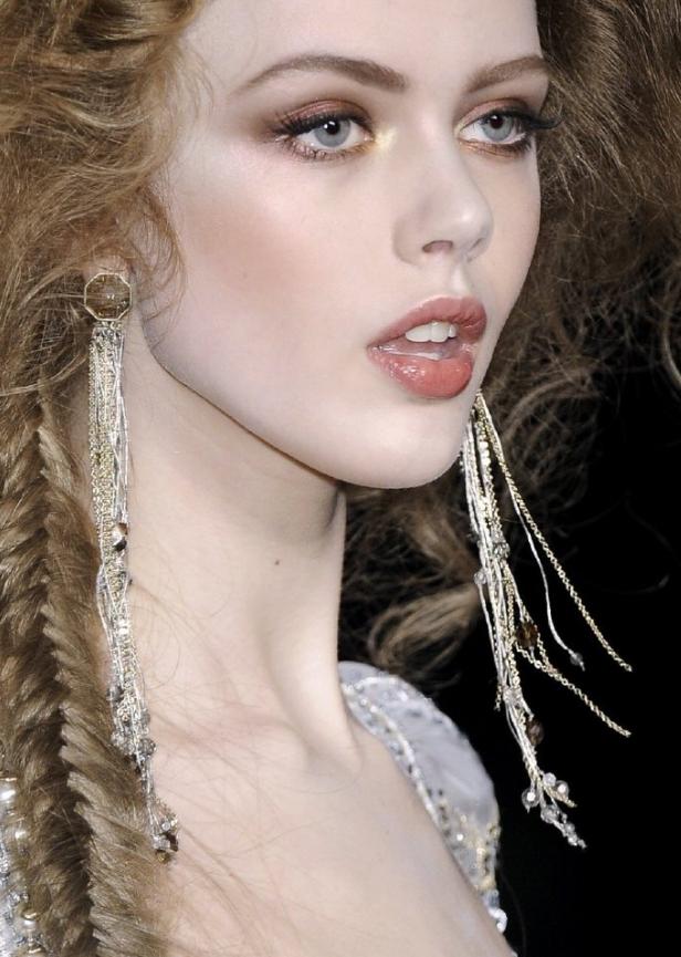 T台的仙女超模,精致华丽的神级妆容,魅惑霸气你被惊艳到了吗?