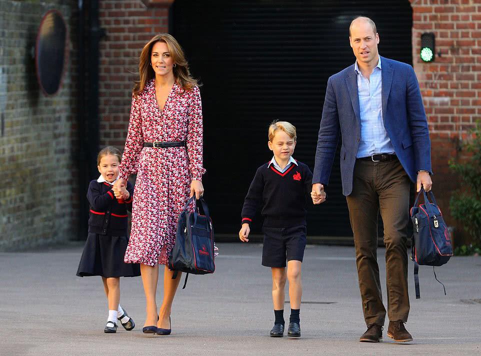 夏洛特上学第一天穿校服、扎马尾真呆萌!凯特王妃穿碎花裙好清新