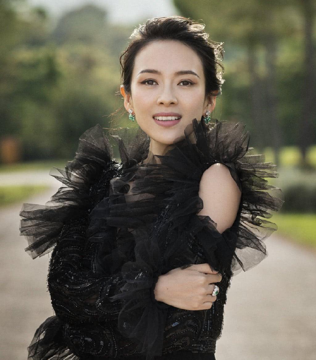 40岁章子怡被汪峰宠成少女,针织衫配半身裙,阳光下甜似初恋