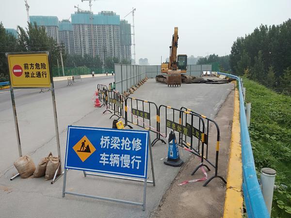 郑州连霍高速索凌路桥头搭板脱空,正抢修!