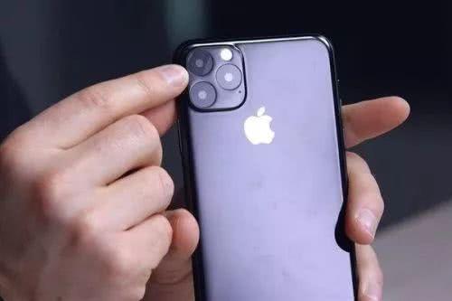 """iPhone 11""""机模""""上手:硕大后置相机模组很突兀"""