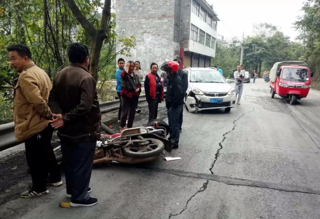 四川筠连钢丝桥附近发生一起车祸,一名男子当场倒地不