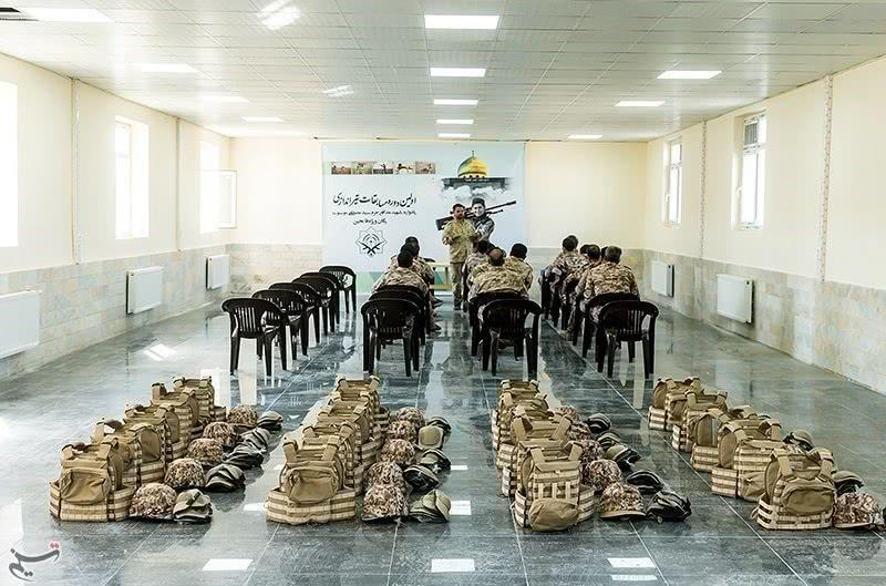 一泄心头之恨,伊朗士兵将特朗普图像做成标靶,上面布满弹孔
