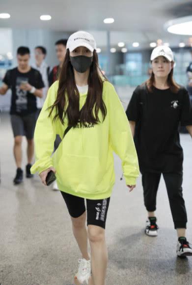 """杨颖机场抓拍图流出,看清她穿的""""裤子"""",网友:眼神很独特!"""