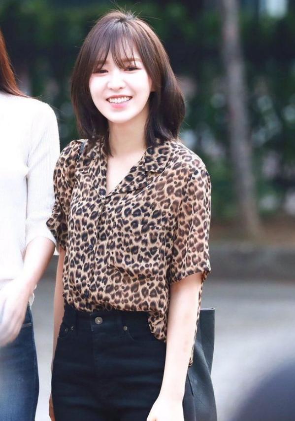 """她是""""韩国版奶茶妹妹"""",穿成熟系的豹纹衬衫,却依然清纯可人!"""