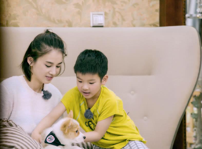 黄圣依2岁小儿子近照,站椅子上发着沙哑嗓音唱歌,长得像奶奶?