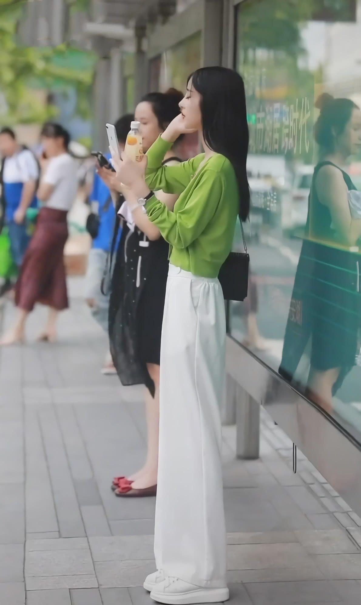 """8月不想再穿连衣裙?学学小姐姐穿绿色开衫+""""奶糖裤"""",超清新"""