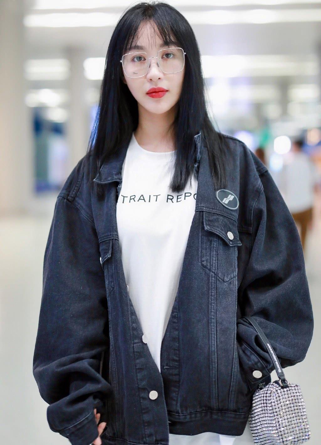 她是黄晓明前女友,穿外套配宽松牛仔裤,对镜甜笑32岁美成少女