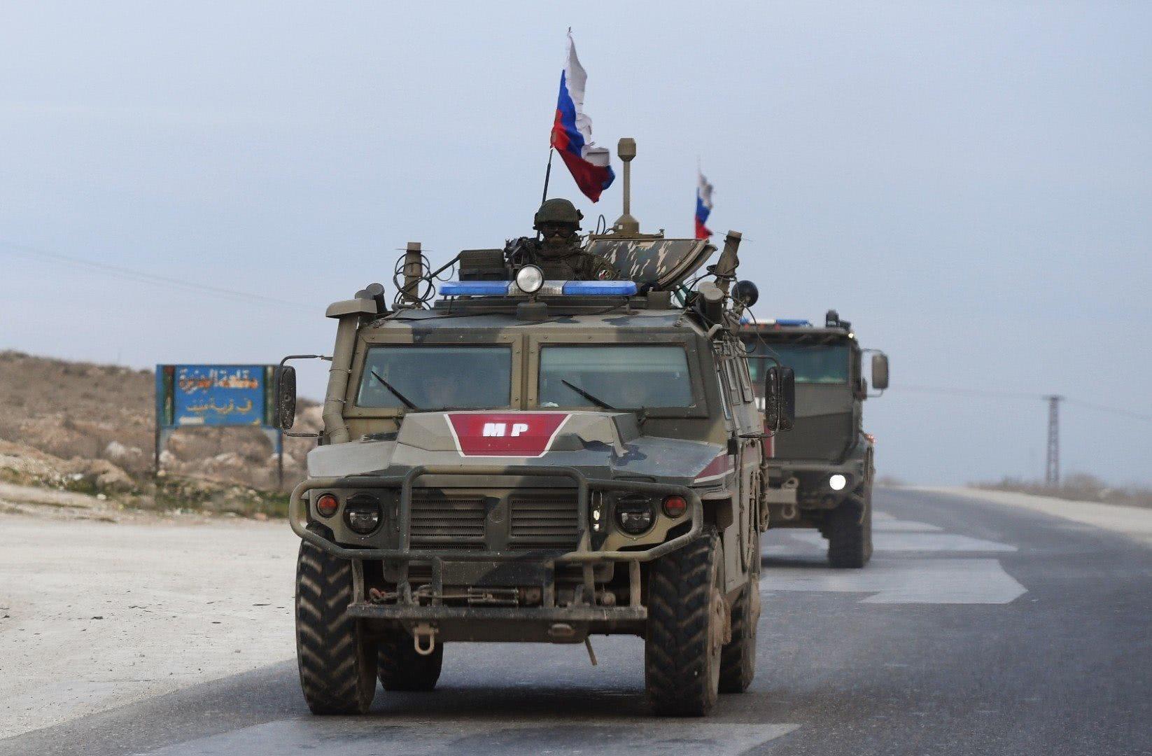 阿萨德为俄军出气!出兵拦截美军巡逻车队,下令敢硬闯就开火