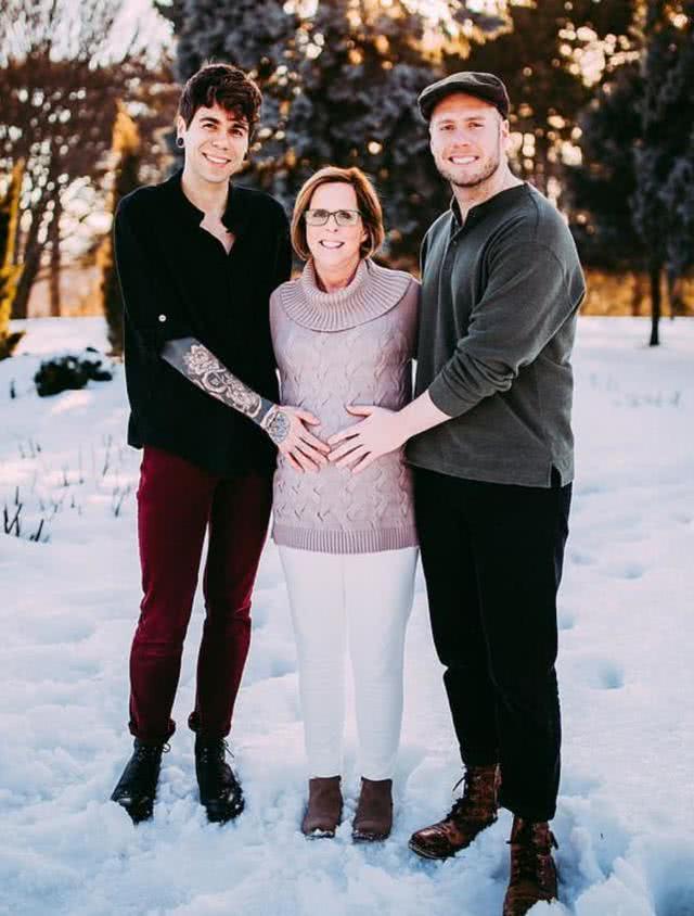 61岁女子亲自生下孙女帮儿子圆梦,她很高兴自己又是奶奶又是妈
