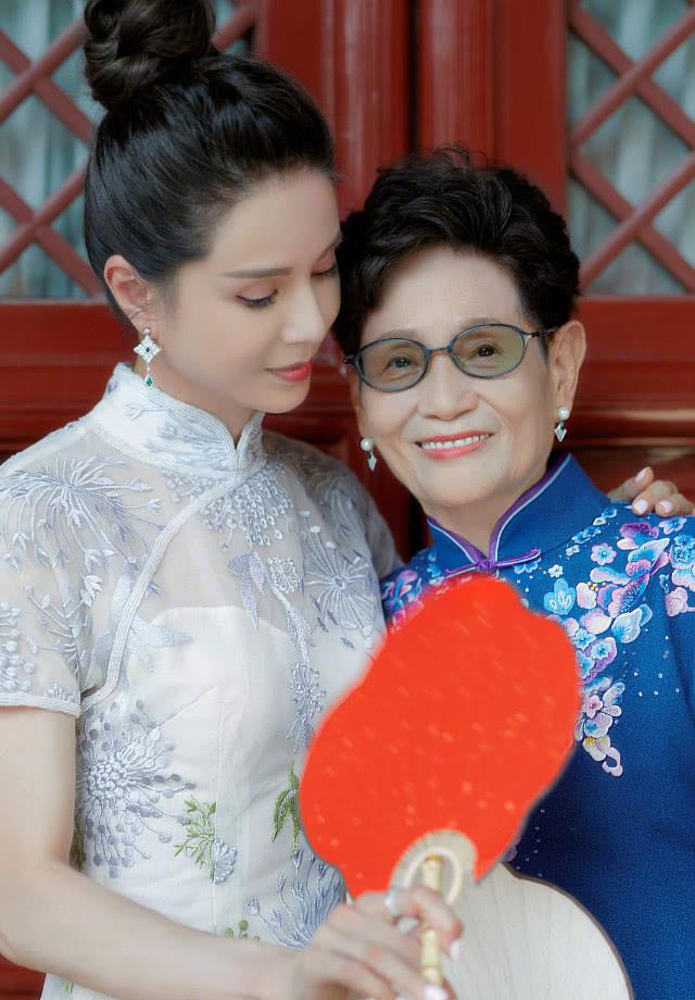 """李若彤穿旗袍与妈妈拍写真,气质优雅高贵,还美回了""""小龙女""""!"""