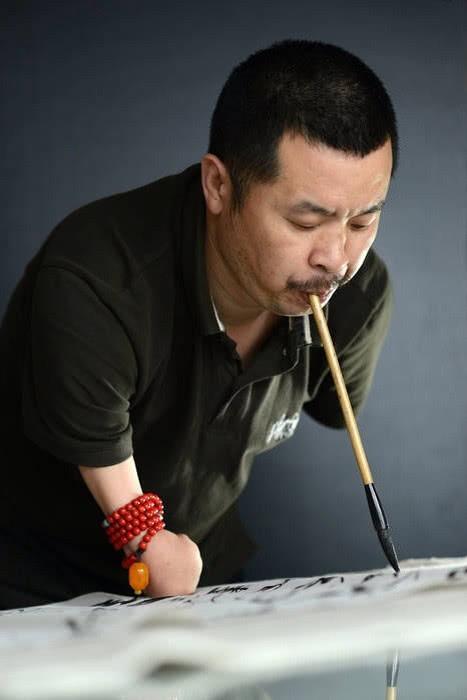 他,4岁断臂,从此开启用嘴写字的人生,如今成了中国书法大师