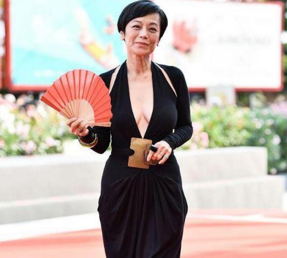 66岁张艾嘉,深V长裙大胆走红毯?虽显老态,仍自信展示身材