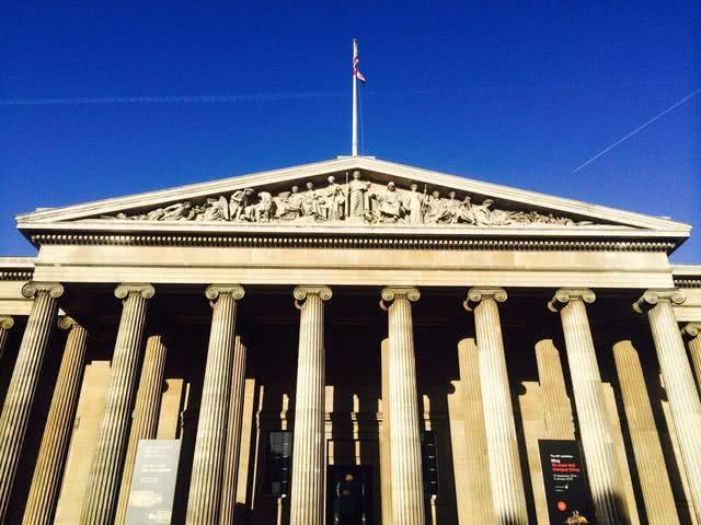 """大英博物馆中有一块破砖,因为上面""""失传""""的色彩,竟成镇馆之宝"""