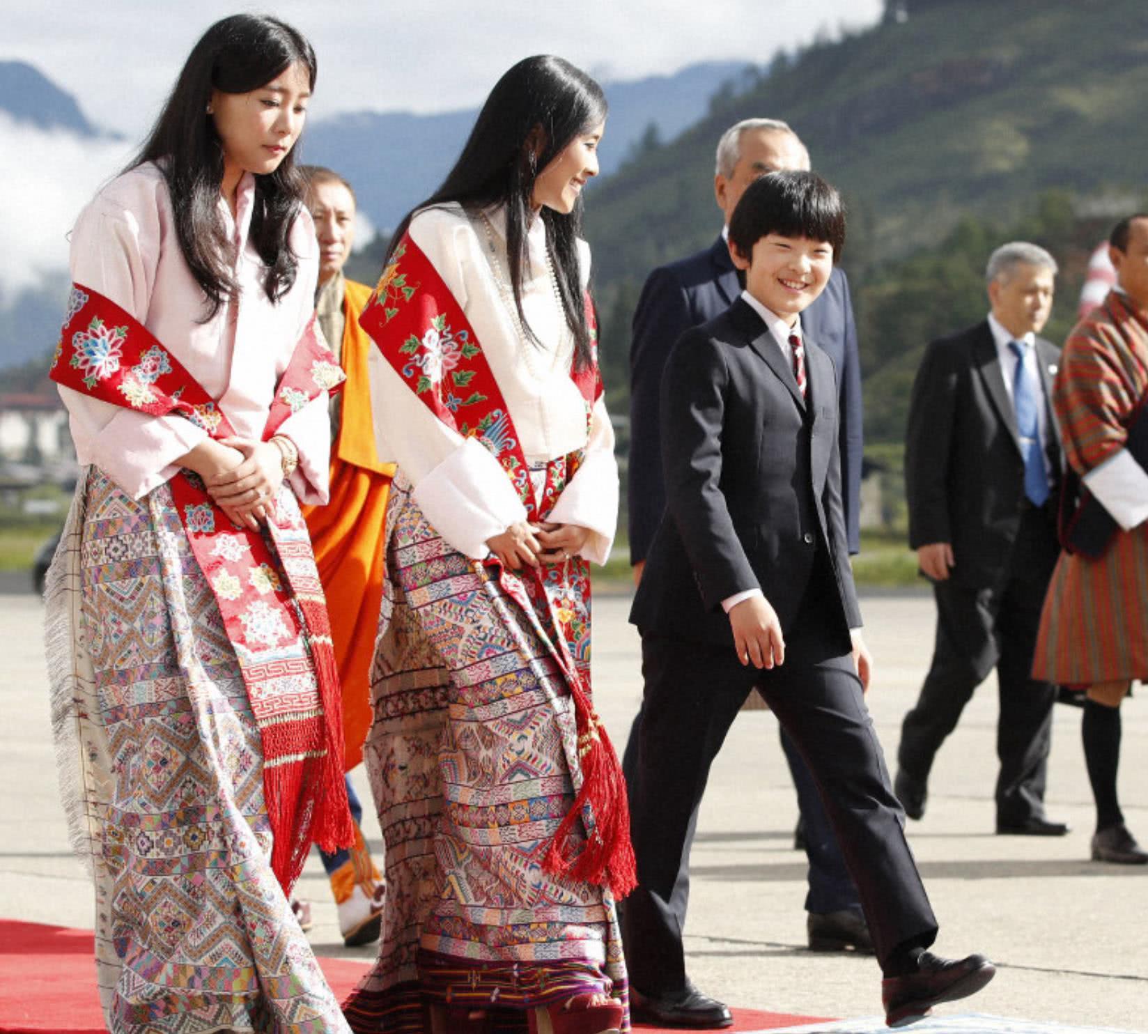 日本史上首次有两位王位继承人一同出国,为防意外搭乘不同飞机