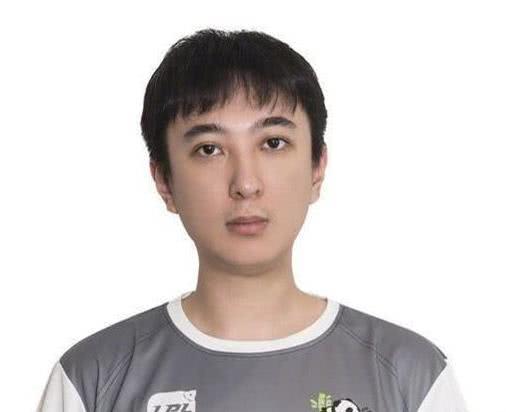 网友滑雪偶遇王思聪,装扮低调像随从身旁的女伴引热议