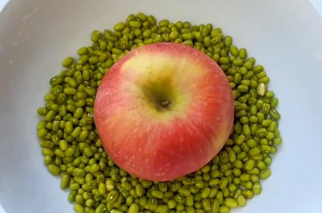 我家绿豆从不熬粥,加1个苹果,简单几步,上桌4碗不够吃,真解馋