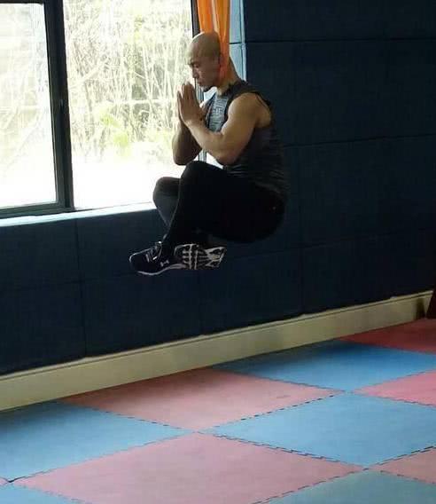武僧一龙金钟罩和鞭腿能否扛住帕奎奥进攻?专家:一龙或惨遭KO