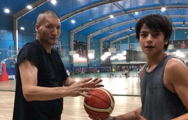 巴特尔17岁儿子身高2米!跟巴特尔勤学苦练篮球,希望打CBA
