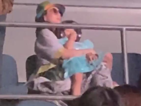 章子怡抱着女儿去看汪峰演唱会,在VIP专区随着音乐秒变小迷妹