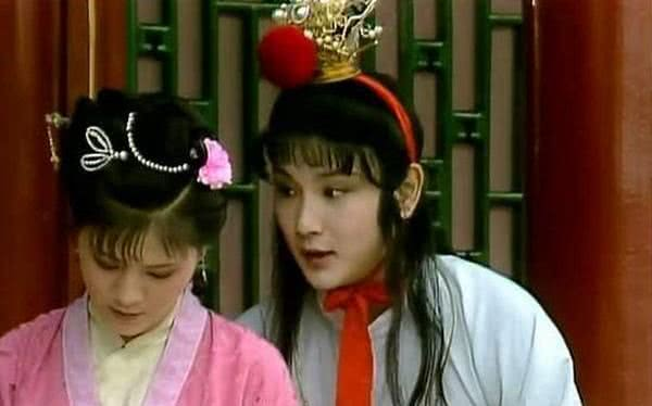 """红楼梦里,此丫鬟回家探亲,王熙凤为何办成""""贵妇省亲""""?"""
