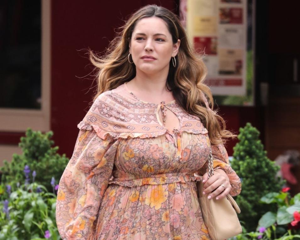 街头上的微胖女神:目测体重140斤,呈现出圆润之美