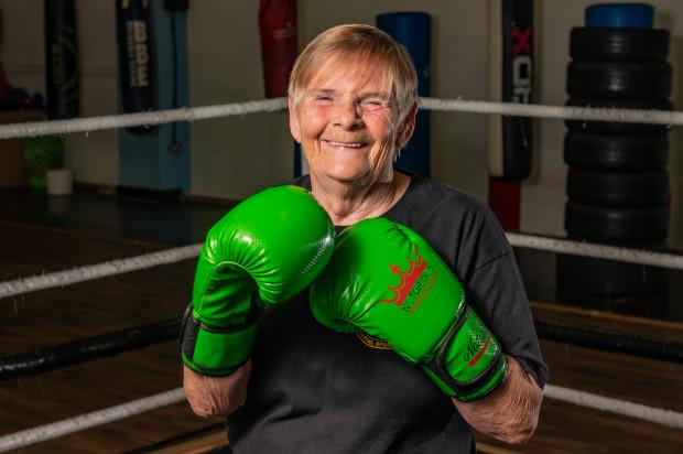 老当益壮!换过两个膝盖,英国76岁老奶奶仍要参加自由搏击赛