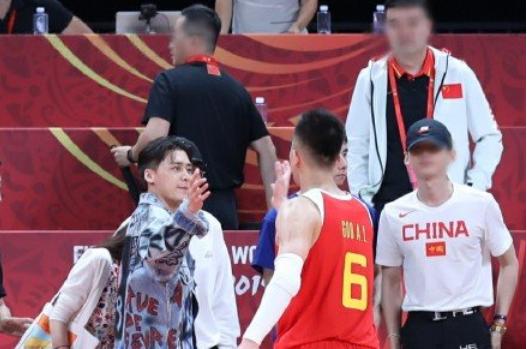 中国男篮首战明星云集!国脚助阵,马天宇颁奖,李易峰最抢镜