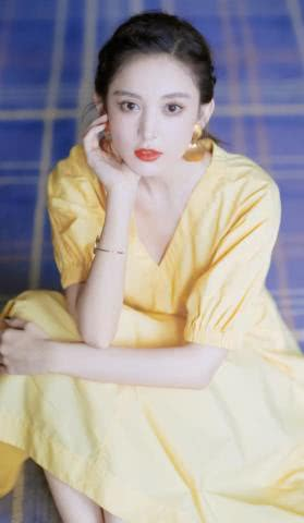 古力娜扎令人惊艳!鹅黄色连衣裙撞衫神仙姐姐,优雅复古丝毫不输