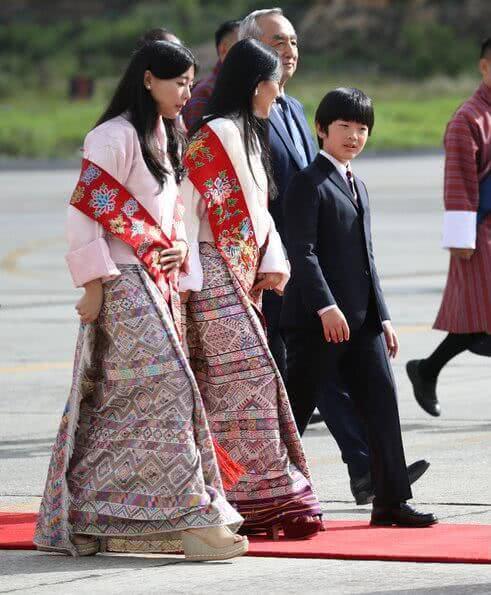悠仁小王子和文仁穿亲子装!同为王室独苗,泰国14岁提帮功霸气