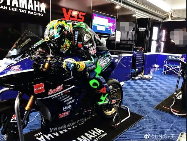 王一博拿下摩托车练习赛新人组第一,为公益捐出心爱头盔毫不心软
