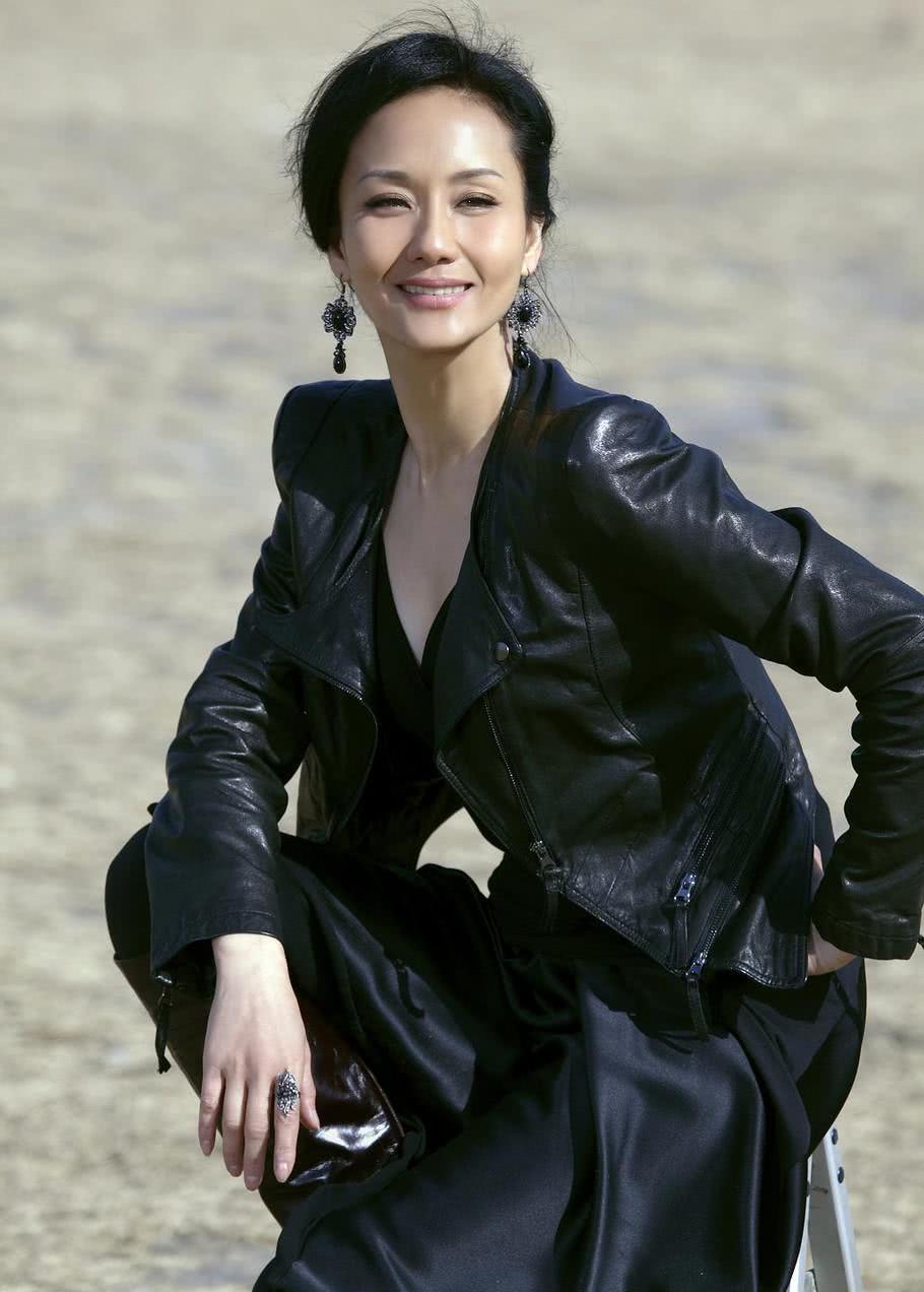 她以模特身份转行演戏,曾出演张翰的母亲,如今51岁依然优雅