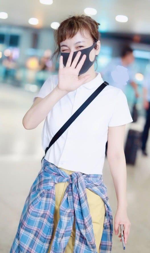 本以为吴昕还很年轻,没想到当她扎起头发,感人发量暴露了年龄