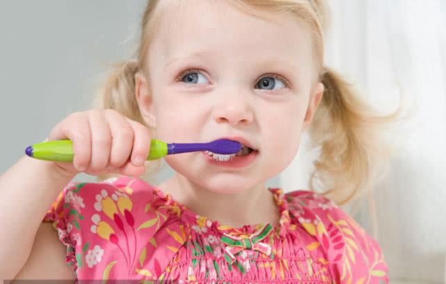 牙黄口臭,令人难受,这几个小技巧让你的牙齿重新亮白起来