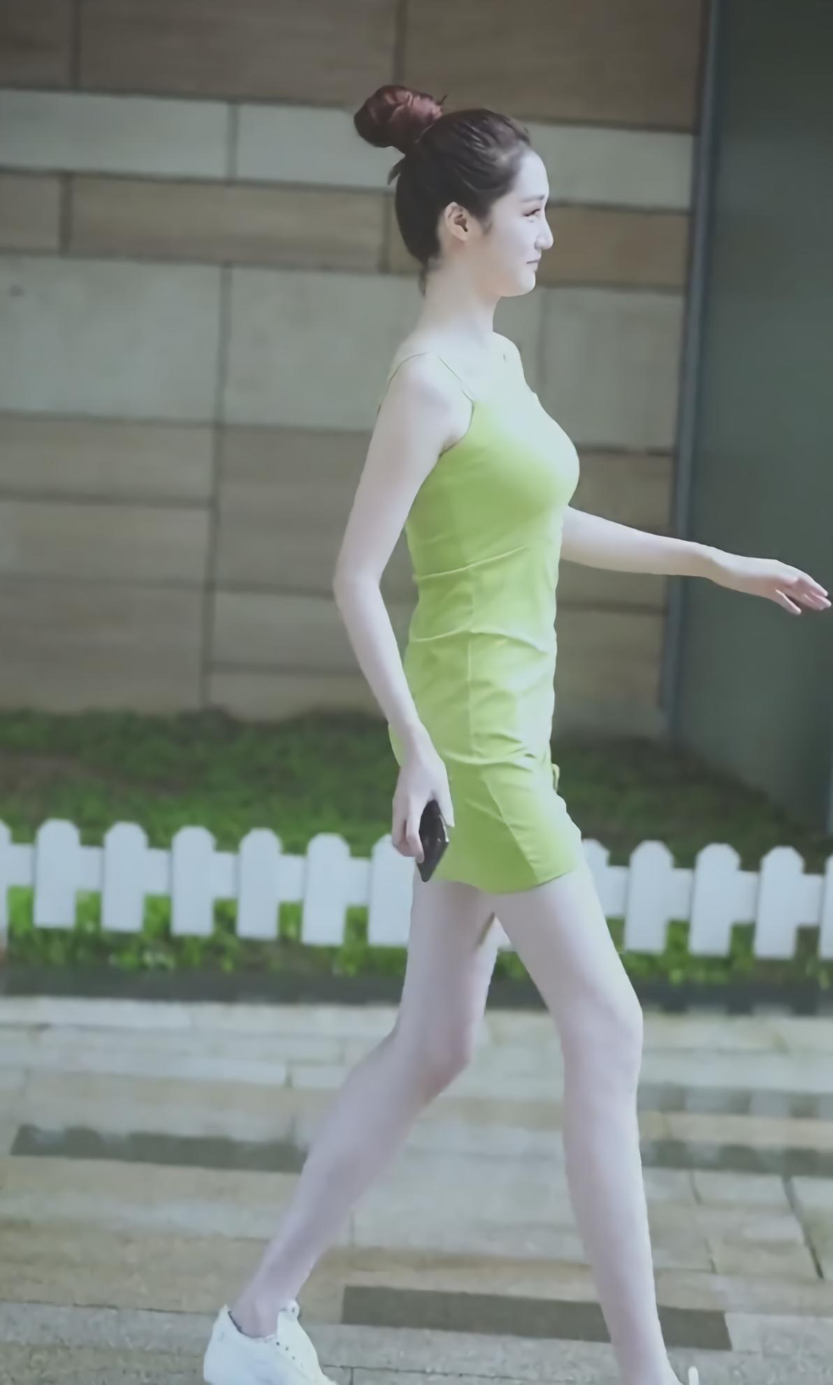 <b>小姐姐太牛了,穿一条简单的牛油果裙,走角落都是焦点,不得不服</b>
