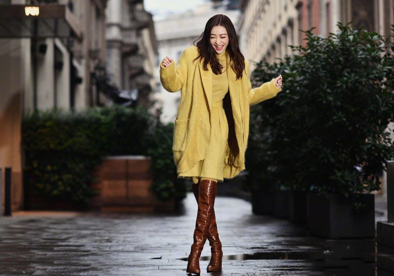 """熊黛林""""阔太""""气质真好,黄色毛衣配棕色长靴很时髦,不愧是超模"""